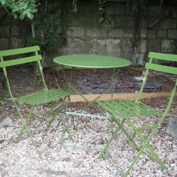 schönes-Gartenmöbelset-aus-Metall-mit-grünen-Stühlen