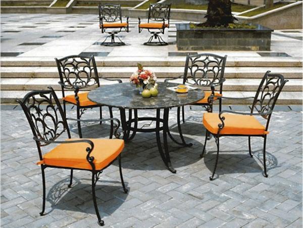 vier-Gartenstühle-Metall-schwarz-mit-orangen-Sitzkissen