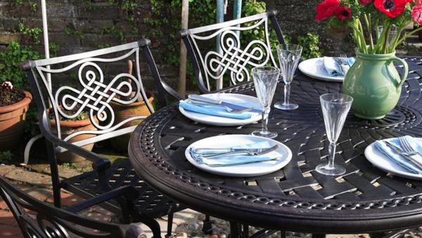 Gartenstühle-Metall-und-Metalltisch-Ornamente