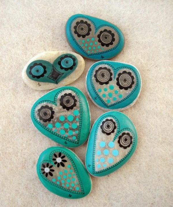 Gartensteine-kreativ-dekorieren-blaugrün