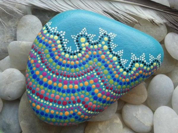 Gartensteine-originell-dekorieren-blaue-farbe
