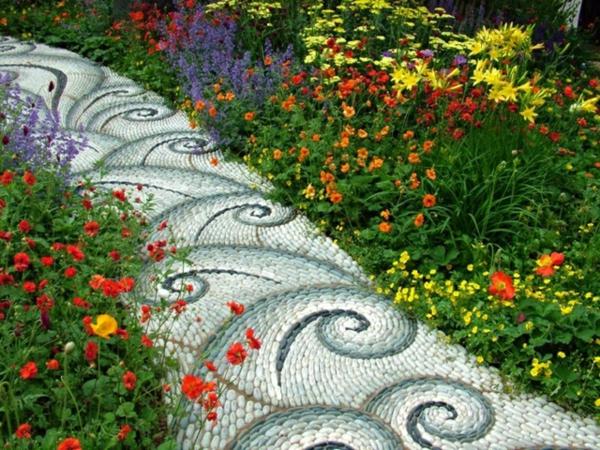Gartenweg-anlegen-Flusssteine-Kiesel-helle-Farbe-blau-weiß-Muster