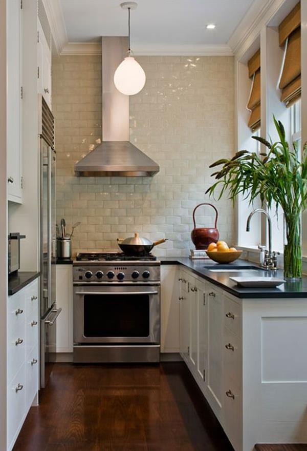Frische olivgrüne Farbe an den Schrankfronten und eine Kücheninsel ...