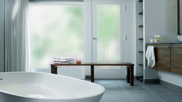 Großes-Fenster-mit-Sichtschutzfolie-im-Badezimmer