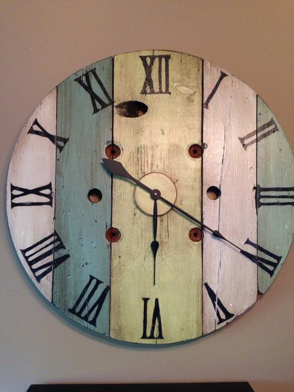 Holzplatten-mit-vielen-Farben-Uhr