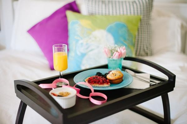 Holztischchen-Frühstücken-im-Bett-wunderbare-Idee