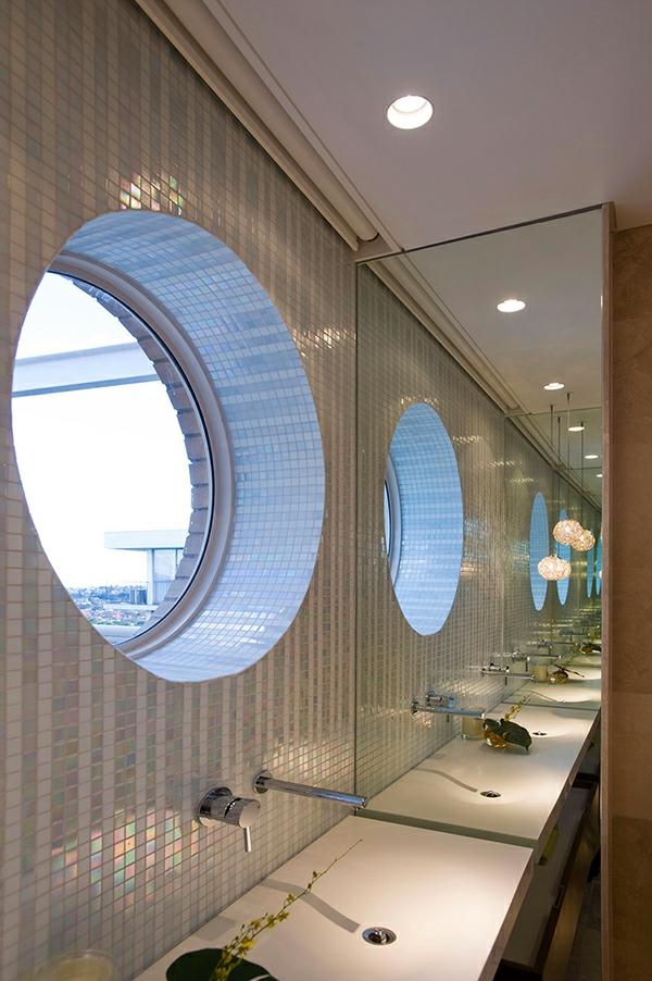 ultramodernes badezimmer mit einme großen runden fenster