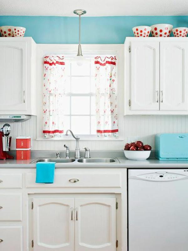 Küchengestaltung-mit-Möbeln-in-Vintage-Stil-blaue-Wand