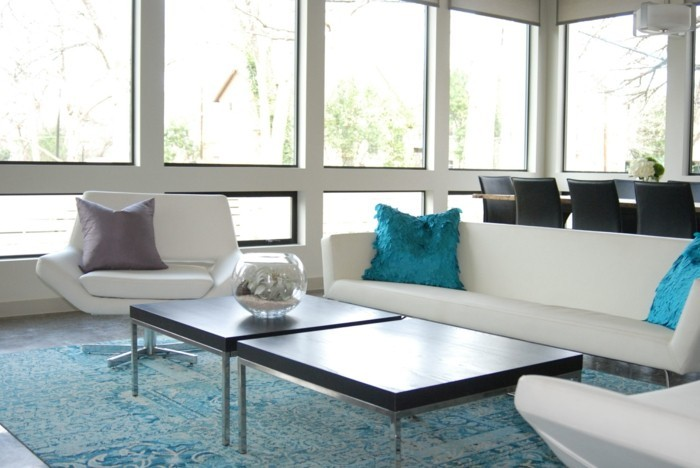 Kissen-Türkis-in-einem-eleganten-Wohnzimmer
