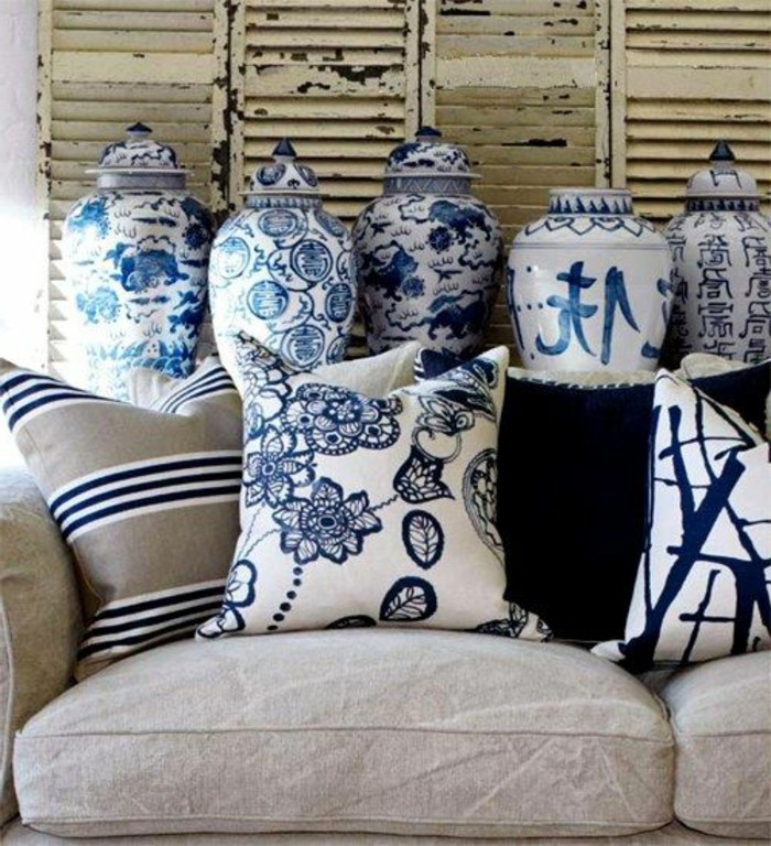 Kissen-blau-mit-Muster-von-Blumen