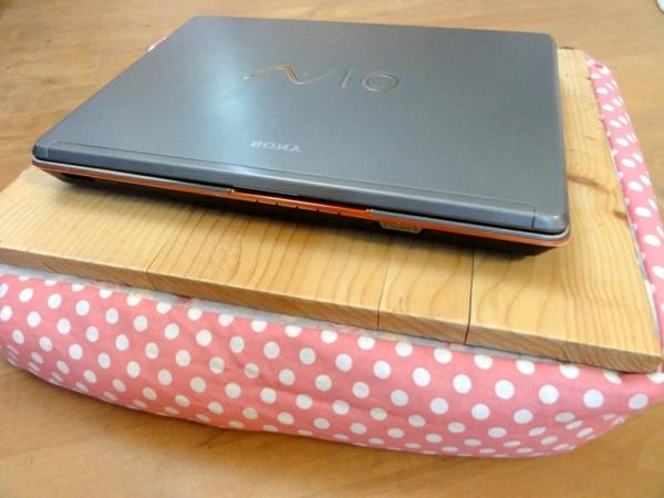 tolles-Kissen-für-Laptop-rosa-mit-weißen-Punkten