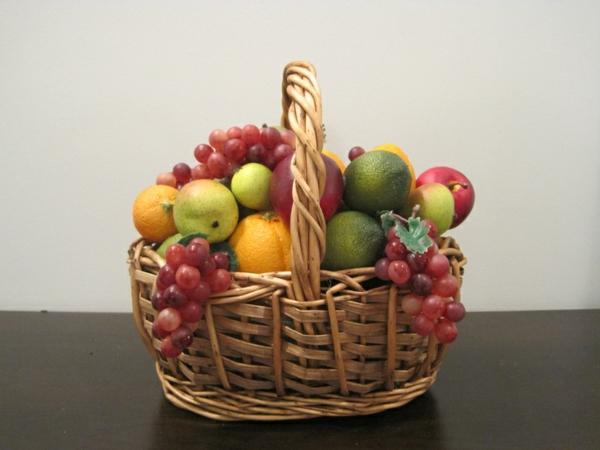 Korb-voll-mit-Obst-künstliche-Früchte-als-Deko