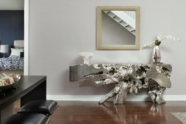 Kreativer-Tisch-aus-Treibholz-mit-Silber-verschönert-Wohnidee