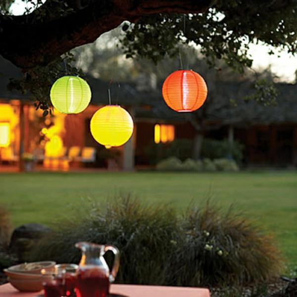 schöne-Laterne-für-den-Garten-aus-Papier-hängend
