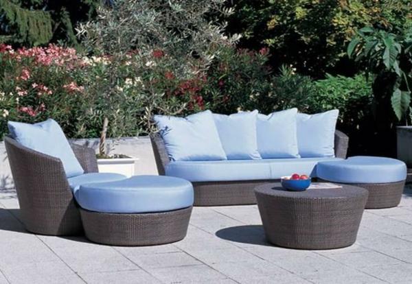 Lounge-Terrassenmöbel-aus-Rattan-blaue-Sitzkissen