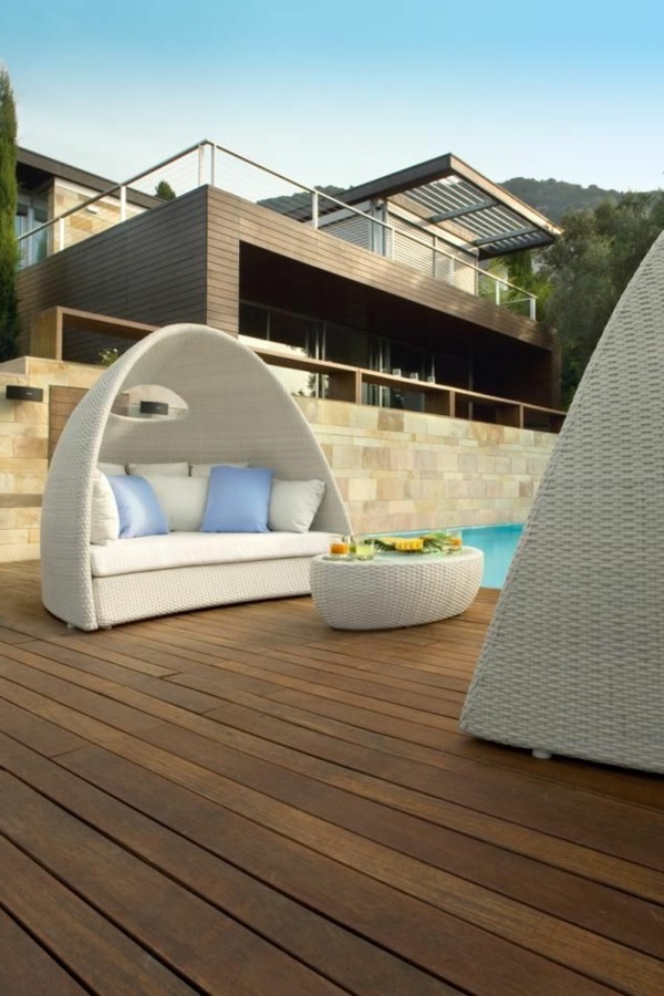 Loungemöbel-Rattan-für-Terrasse-originelles-Design-Terrasse-mit-Holzboden