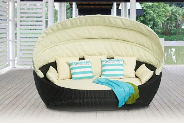 Loungemöbel-aus-Rattan-Bett-für-die-Terrasse