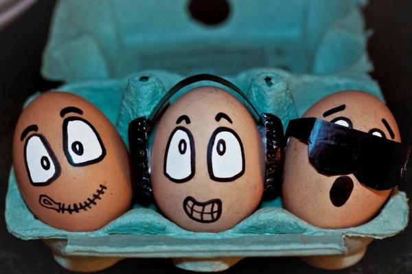 Lustige-Eier-basteln-im-Kino-sitzen