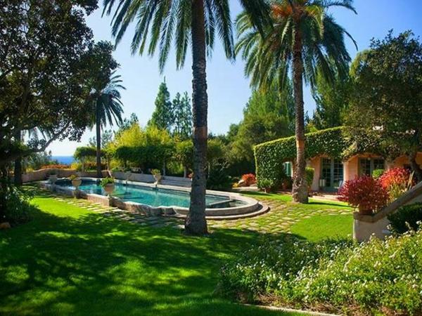 Luxushaus-Garten--Pool-und-Palmen
