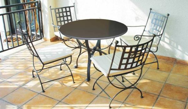 tolles-Möbelset-für-das-Garteb-mit-zwei-Stühlen-und-rundem-Tisch