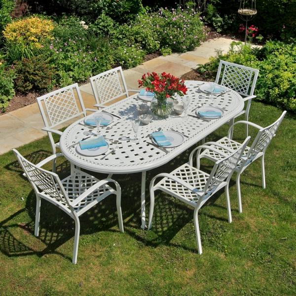 Möbelset-mit-weißen-Metallstühlen-und-Tisch-im-Gras