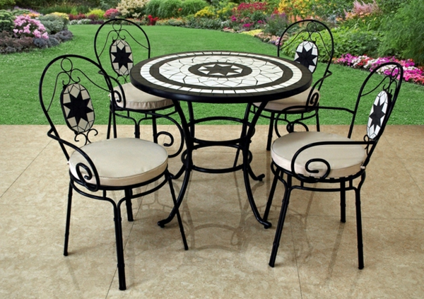 Metall-Gartenstühle-und-Tisch-im-Garten-Mozaik
