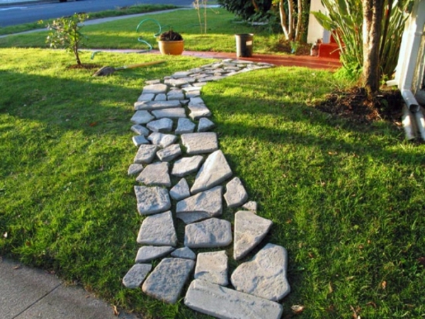 Naturstein-Gartenweg-verlegen-mit-steinplatten