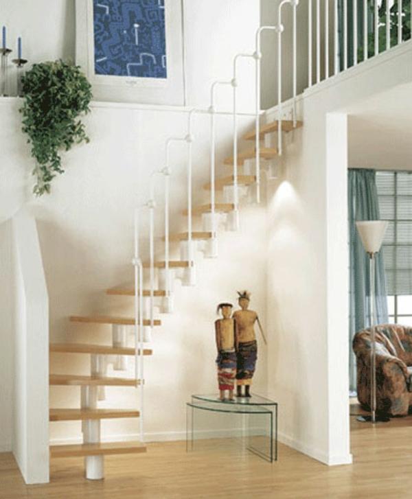 tolle Treppen mit Holzstufen und weißem Geländer