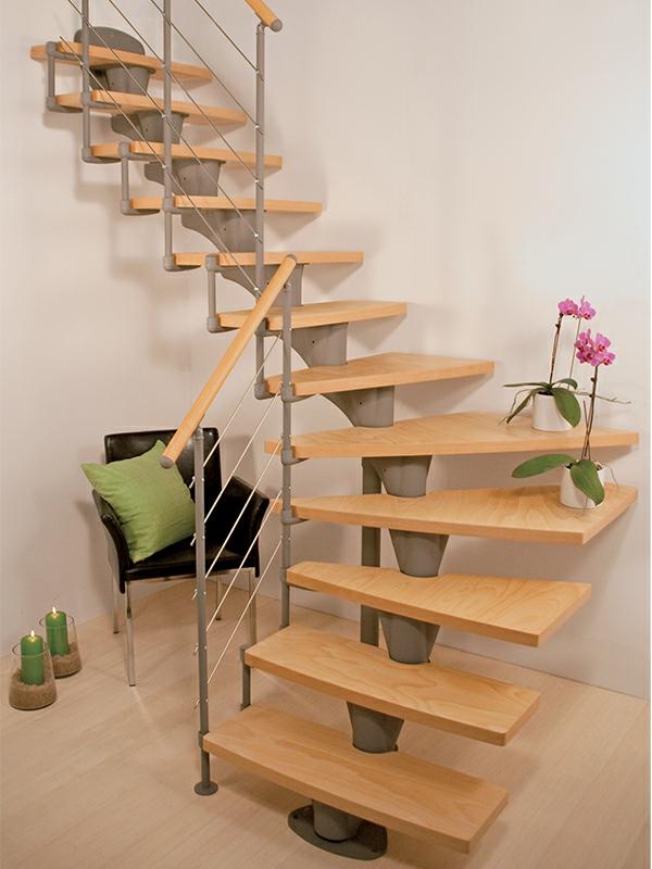 halbgewendete Treppn mit Geländer und Holzstufen