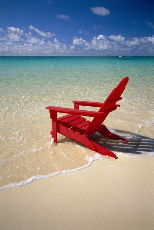Roter-Stuhl-am-Strand-platzieren