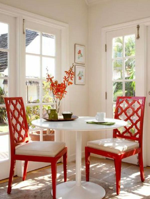 zwei-Rotfarbige-Stühle-mit-weißen-Kissen