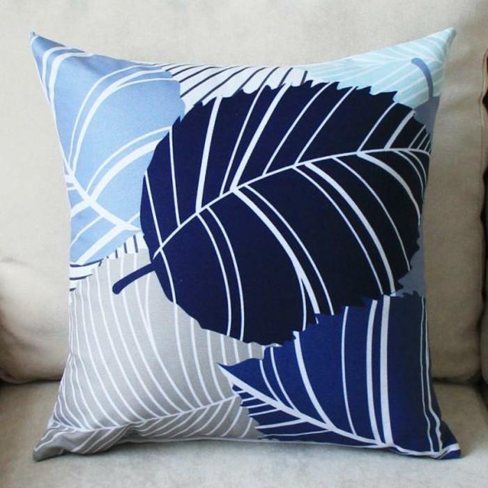 Schöne-Kissenbezüge-mit-blauen-Blättern