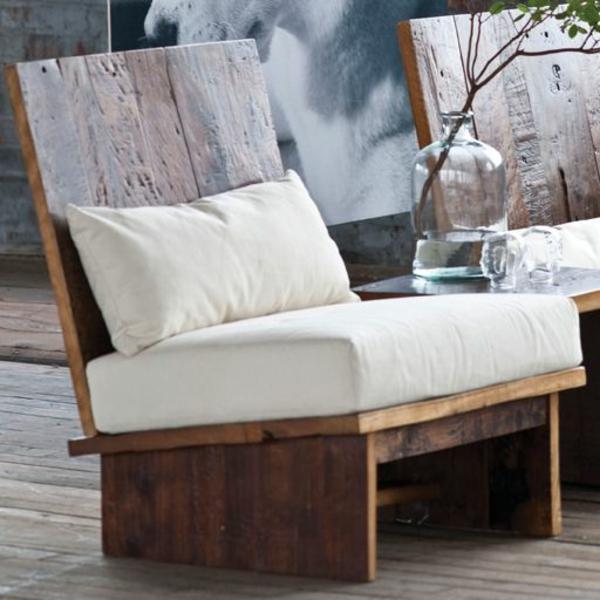 weiße-Sitzkissen-Holzmöbel-in-Weiß