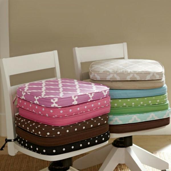 Sitzkissen-verschiedener-Farben-Gartenmöbel-Design