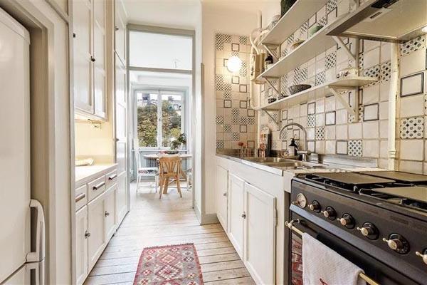 Küchengestaltung-mit-Möbeln-in-hellen-Farben