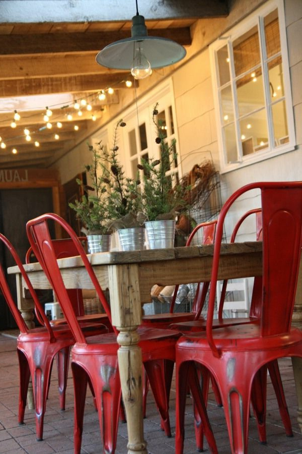 Stühle-in-roter-Farbe-am-Tisch-Metallstühle