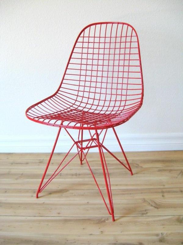 origineller-Stuhl-in-roter-Farbe-metall