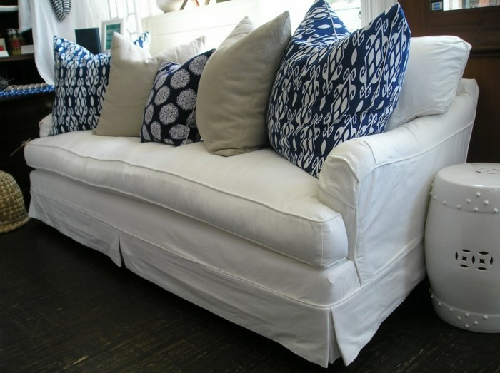 Türkise-Kissen-auf-weißer-Couch