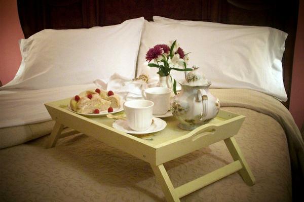 Tischcehn-aus-Holz-Frühstücken-im-Bett-grüne-Farbe