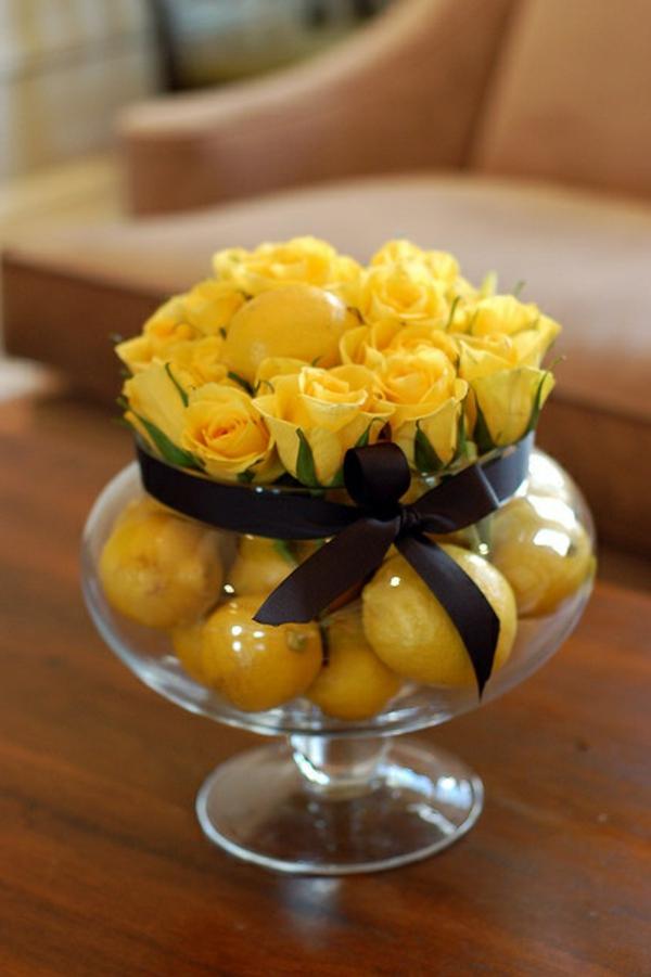 Tischdeko-mit-künstlichem-Obst-und-gelbe-Rosen