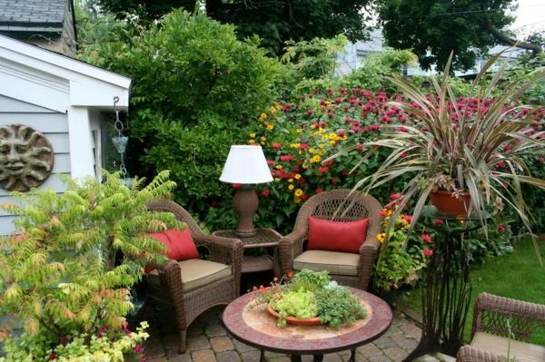 Traumgarten-schönes-möbelset-viele-pflanzen