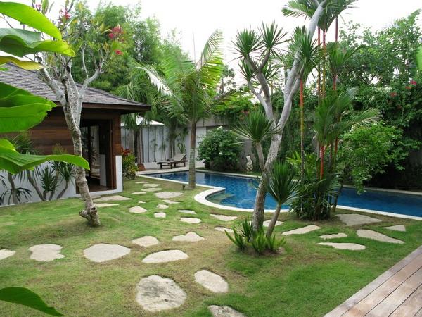 Villa-Amore-gartendesign-mit-pool-Palmen