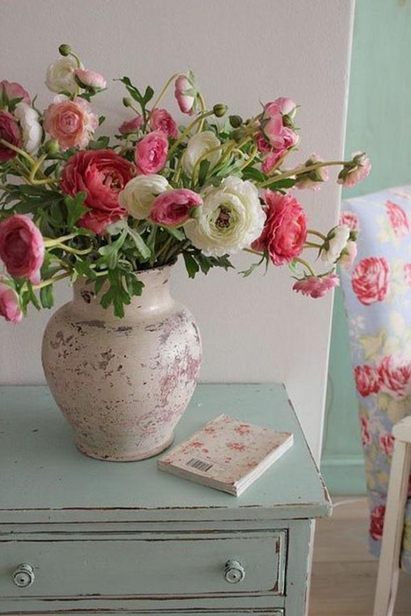 Wunderschöner Schrank mit Blumenmotiven.