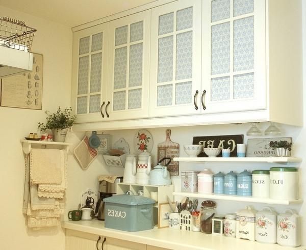Vintage-Küchenmöbel-Küchengestaltung-in-hellen-Farben-Designidee