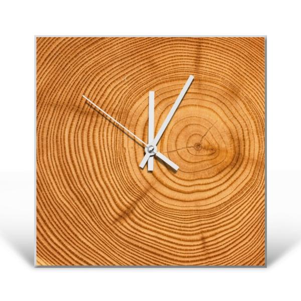 Wanduhr-quadratisch-aus-Holzstamm