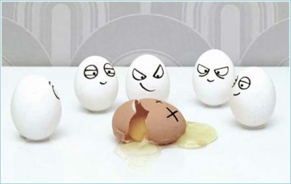 viele/amüsante-bemalte-Eier-gebrochenes-ei