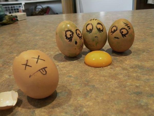 vier-amüsante-bemalte-eier-am-Tisch