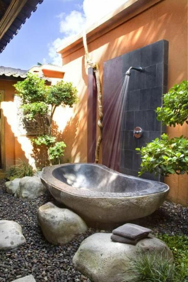 außendusche-mit-badewanne-in-einem-garteb