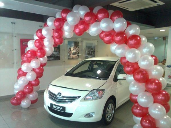 auto-unter-moderner-ballon-deko - ein auto