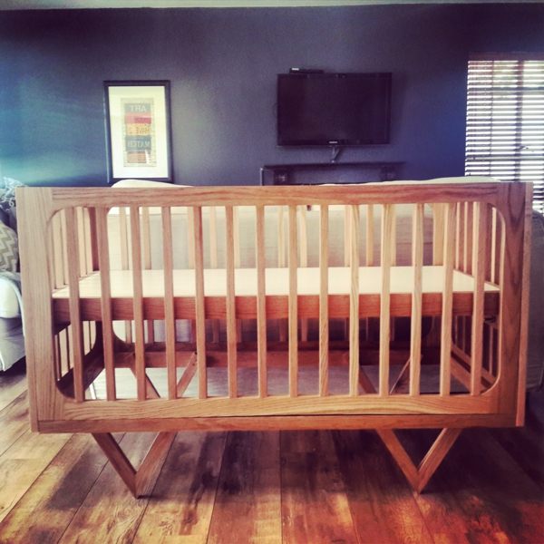 babybett-aus-eiche- im babyzimmer